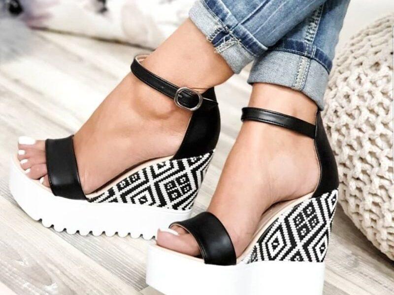 Poletni sandali s peto in brez – nepogrešljiva obutev velikih modnih navdušenk